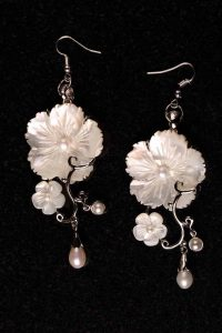 #176 White Shell Pendant and Mother of Pearl Earring.